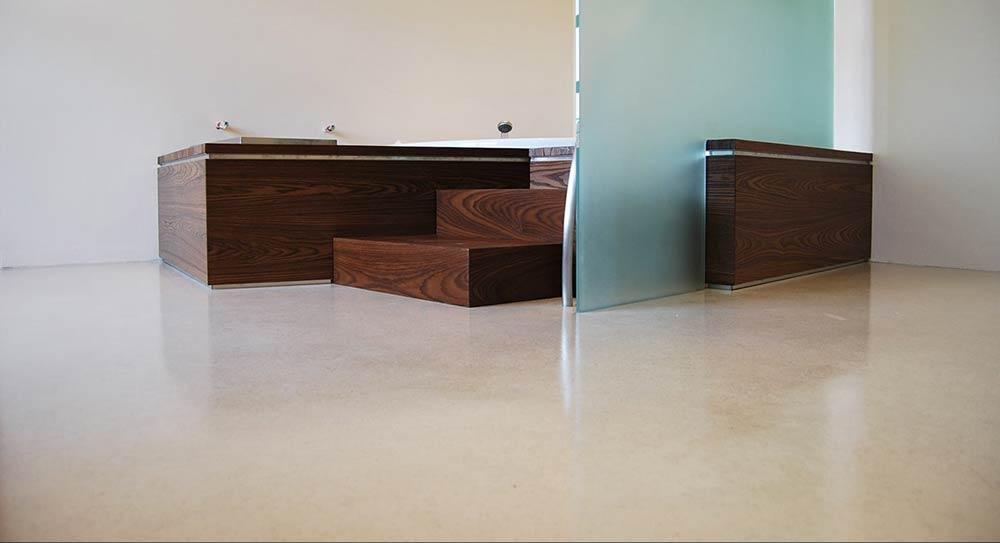 Bagno con rivestimenti in resina debowa sas modelliamo spazi - Rivestimenti bagno resina ...